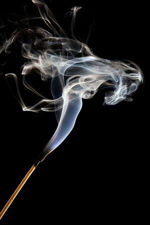 wisp: Enkele wed strijd stick met een bosje van rook wordt geblazen  Stockfoto