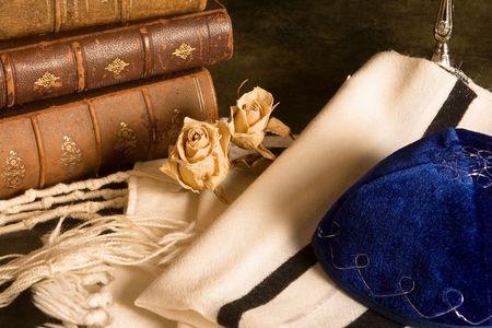 holiday prayer book: Chal de oraci�n jud�a, sombrero y libros antiguos  Foto de archivo