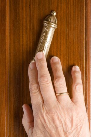 shabat: Mano jud�a tocar un mesusah en un post de puerta Foto de archivo