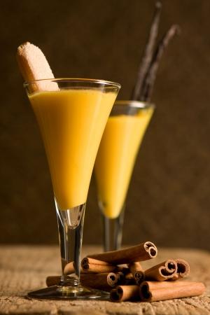eggnog: Dos vasos con ponche de huevo o Advocaat (holand�s)  Foto de archivo