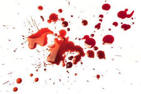 sangre derramada: Manchas de sangre salpicada en un fondo blanco