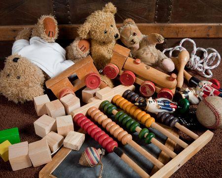 juguetes antiguos: Juguetes antiguos abandonados contra un pecho de madera antigua Foto de archivo