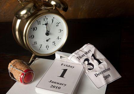 turns of the year: Reloj con alarma y calendario que muestra el comienzo de a�o nuevo
