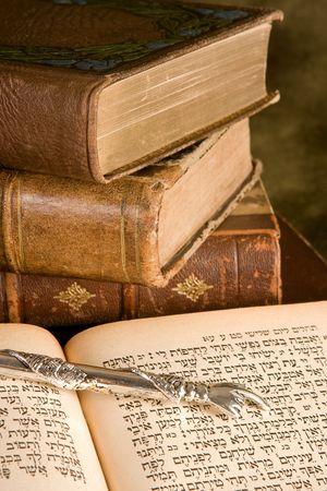 Srebrny wskaźnik Tora leżącego na żydowskiej modlitewnik