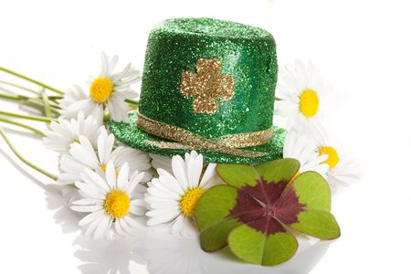 saint patricks: Shamrock and daisies on a Saint Patricks hat Stock Photo
