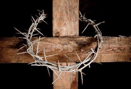 �pines: Couronne d'?pines accroch? autour de la croix de P?ques Banque d'images