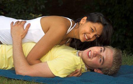 making love: Joven pareja de hacer el amor en una toalla de playa Foto de archivo
