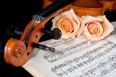 violines: Partituras de la marcha de la boda, con rosas y viol�n Foto de archivo