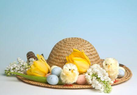 chapeau de paille: Chapeau de paille décorées pour Pâques avec des fleurs, des poussins et des oeufs de Pâques