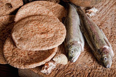 Cinque pagnotte di pane e due pesci
