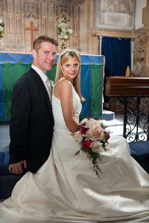 to wed: Mer appena paio posing in una chiesa medievale inglese