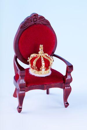 trono real: Corona de miniatura y trono para un cuento de hadas