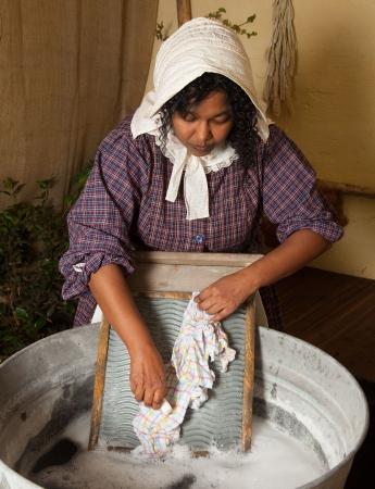 launder: Mujer victoriana, lavado de ropa con una antigua tabla de lavar