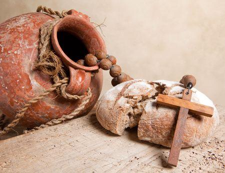 pan y vino: Jarra de vino antiguo, la Cruz y el pan r�stico como cristiano de los s�mbolos de la fe