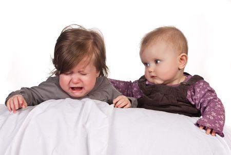 enfant qui pleure: Soins de b�b� de quatre mois ancien r�conforter un enfant crying Banque d'images