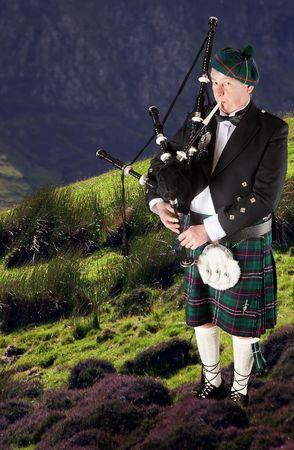 drones: Cornamuse scozzesi highlander indossare kilt e giocare