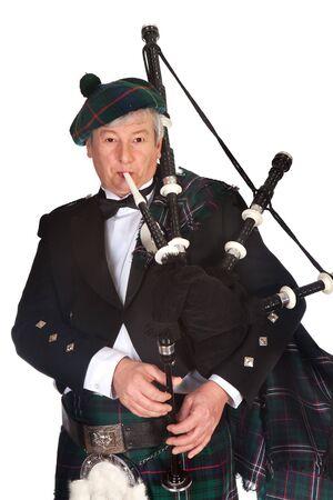 highlander: Cornamuse scozzesi highlander indossare kilt e giocare
