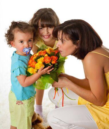 Dos ni�as dando flores a mam� en el d�a de la madre Foto de archivo - 6700295