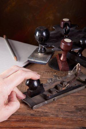 telegraaf: Hand te tikken morse code op een machine antieke Telegraaf