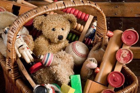 jouet: Ancien panier rempli de jouets en bois antiques