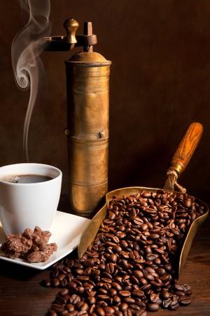 grinder: Molinillo de caf� antig�edades con vapor de caf�, las cookies y los libros  Foto de archivo