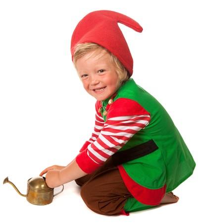 nain de jardin: Gar�on habill� comme un jardin gnome avec un arrosoir.