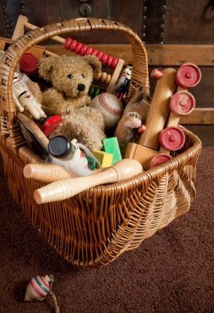 juguetes de madera: Vieja canasta llenado de juguetes de madera antiguas
