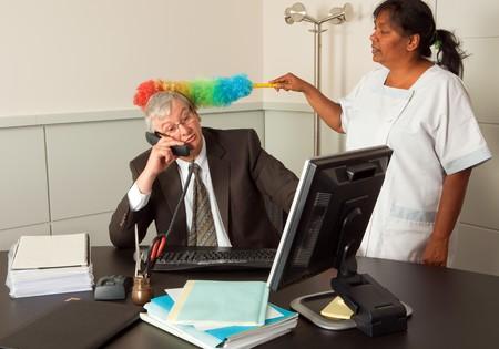 mujer limpiando: Funny mujer de limpieza en la Oficina del administrador incluyendo su rostro de limpieza