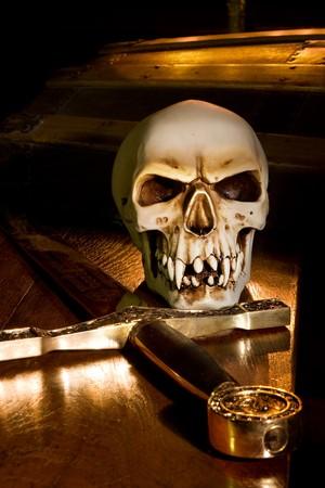 trumna: Miecz średniowiecza i spooky czaszki oświetlone światłem świec