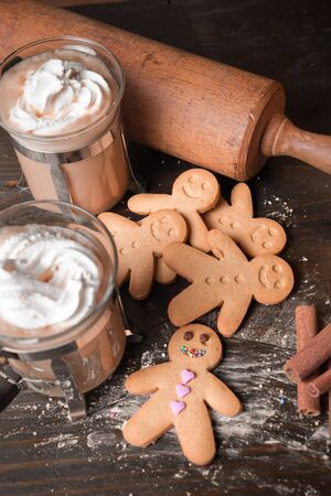 christmas gingerbread: Gingerbread men cookie biscuits with hot coffee and whipped cream
