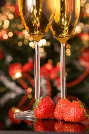 flauta: Fresas y champagne en frente de un �rbol de Navidad borrosa