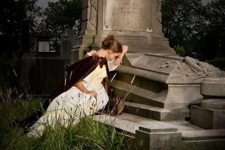 donna che grida: Giovane donna in abito Vittoriano lutto su una tomba