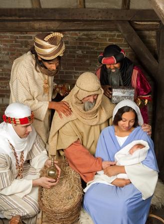 pesebre: Vivo pesebre de Navidad recrea en un granero medieval