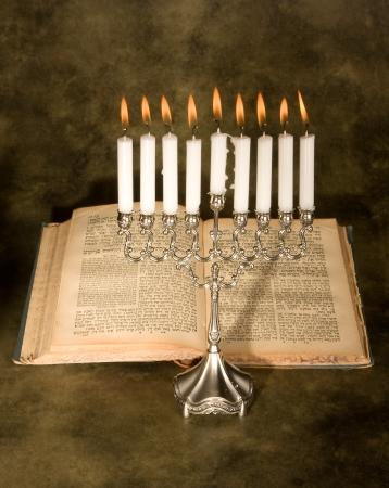 holiday prayer book: Nueve vela menor� y un antiguo libro de oraciones jud�o