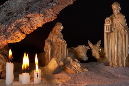 pesebre: Navidad muy antigua estable, con techo de corcho y velas
