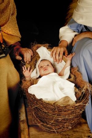 nascita di gesu: 20 giorni di et� bambino dorme in una culla del presepe di Natale  Archivio Fotografico