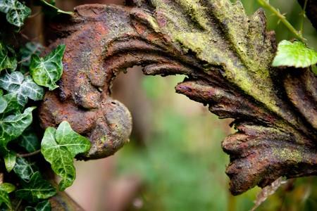 verjas: Detalle oxidado de una decoraci�n medieval de grave en la aldea de Lacock en Inglaterra