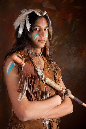 apache: Retrato de un indio en traje tradicional vistiendo las plumas de �guila, piel de coyote y perlas