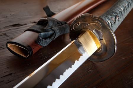 arte marcial: Espada de samurai real japon�s y vaina sobre plancha de madera  Foto de archivo