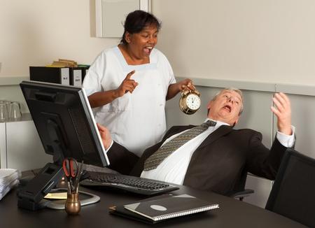 mujer limpiando: Mujer de limpieza, sosteniendo un despertador junto a un empleado de oficina para dormir