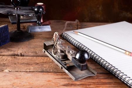 telegraaf: Vintage Bureau met antieke telegraph en stempels