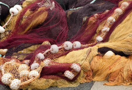 netting: Kleurrijke visnetten in de haven van Saint-Jean-de-Luz in Baskenland in Frankrijk Stockfoto