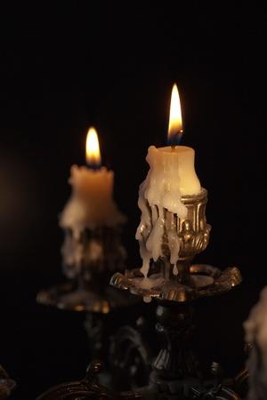kerzen: Antique Bronze Candlestick mit brennende Kerzen in der Dunkelheit