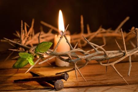 resurrecci�n: Vela encendida en una corona de espinas en Semana Santa Foto de archivo
