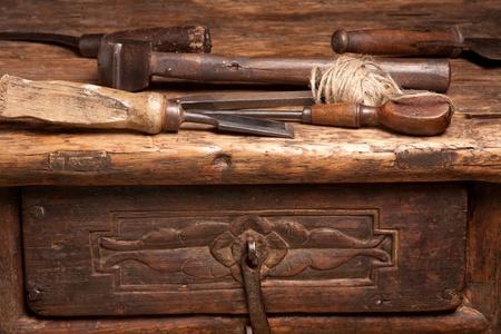 herramientas de carpinteria: Banco de madera con herramientas grungy oxidados y controladores Foto de archivo