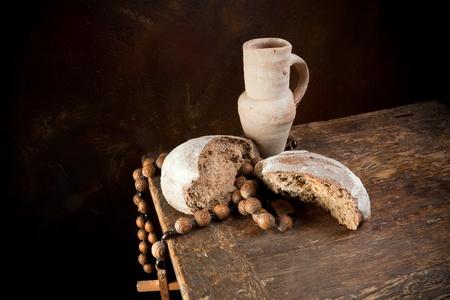 bread and wine: Rosario antiguo y lanzador vino con un pan r�stico