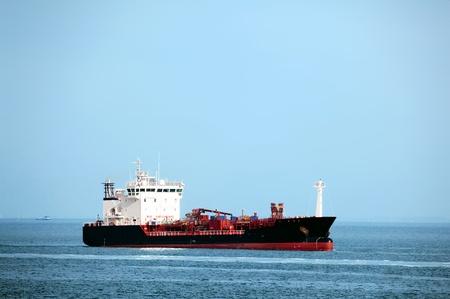Pétrolier immense navire en mer - toutes les marques et noms retirés