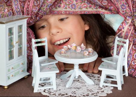 alice au pays des merveilles: Alice au pays des merveilles, regardant dans une maison de poup�e Editeur