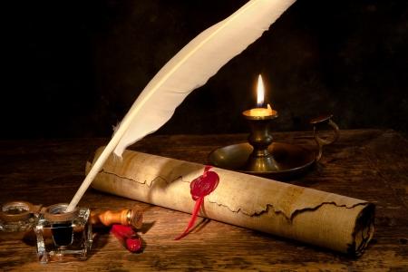 pergamino: Antiguo desplazamiento pergamino o diploma con cera sellar y quill pluma Foto de archivo