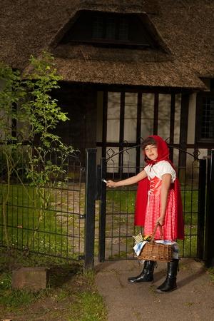 caperucita roja: Little red riding hood abrir la puerta de la le casa de la abuela Foto de archivo